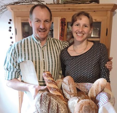 Familie Pfaffinger mit Brotkorb